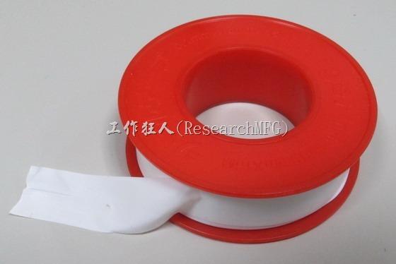 解決小螺絲頭滑牙的方法很簡單,不敢保證百分百,但大部分有效。去五金行買一捲水電工在用的「止水膠帶/止洩帶」,一般水電工的專業術語叫「細入貼布」(日文發音,英文為Seal tape)的東西回來就可以了。這個「細入貼布」價錢一捲大約在NT10~20元之間。