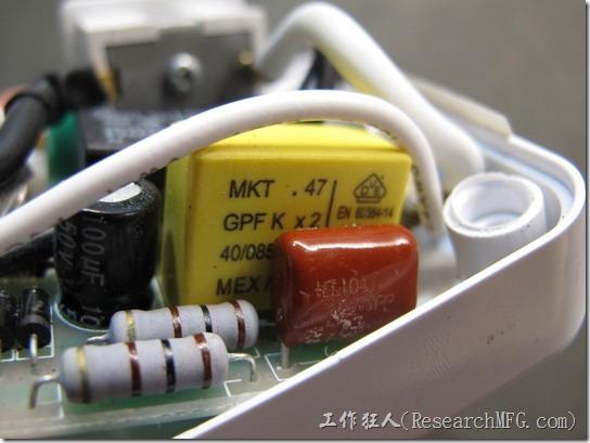 數位式定時器拆解。這顆黃色的就是金屬化膜電容器(MKT 0.47uf)。
