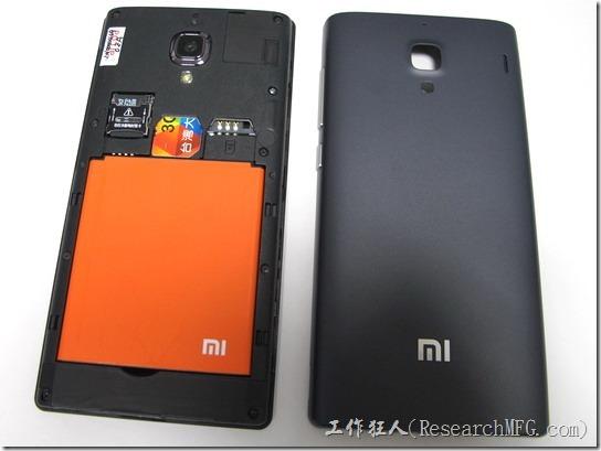 輕鬆拆開紅米的背蓋,露出橘色的可換式的充電電池以及兩個SIM卡及一個Micro-SD卡。