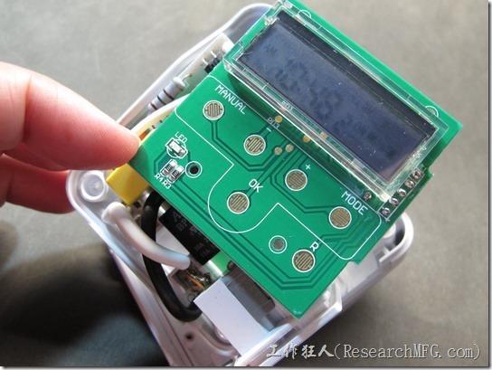 數位式定時器拆解。拆掉四顆瑣在上殼的小螺絲後翻轉過來指看到按鍵的線路與顯示器,還有一顆小SMD型號的LED燈及兩顆電阻。別急~繼續看下去。