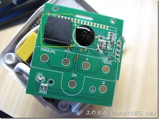 數位式定時器拆解。原來電路板的其他地方有COB及其他的SMD零件,如果把橡膠做成一整片會有干涉的問題,只是這樣的設計真的不太好,因為如果產品調到地上摔到後可能就會出現顯示不良的問題。