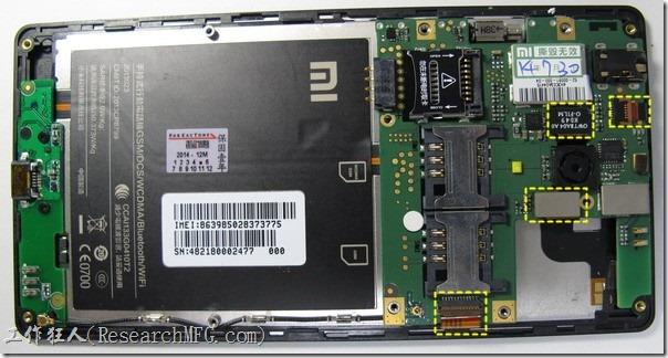 紅米拆解。右手邊在聽筒那邊比較大的電路板是主板,幾乎所有的主要零件都在這塊板在上面,左手邊長條形小片的板子是IO板,上面只有一顆主要零件Micro-USB。