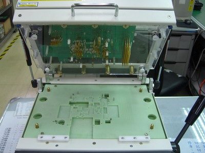 (Wireless FVT)這是無線功能測試治具要放待測電路板的地方,板子放上去之後把上方的蓋子闔上,上下的探針就會被頂出來接觸待測板的測試點,達到連結成整機測試的目的。