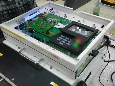 (Wireless FVT)這是改善傳統功能測試治具的無線功能測試機台,治具的上方用客製化的電路板取代原本的排線,這台治具還有一台產品被整合的功能治具的上面。