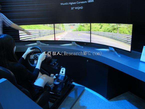 2016智慧顯示與觸控展覽。三個曲面顯示器組成超寬面板。