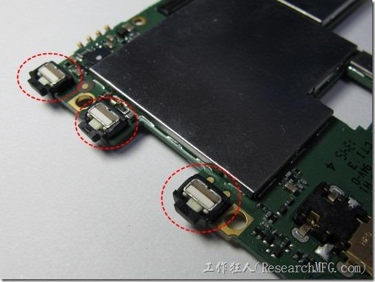 紅米拆解。翻到主機板的正面,可以發現上面有兩個屏蔽框。先來看看這調整音量的兩個難鈕與電源鍵,這三個按鍵都用黑色的軟橡膠包覆著,類似果凍套的手法,這應該是防塵及防水的設計,可以延長按鍵的壽命。