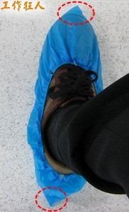 正常的防塵靜電鞋套穿法,鞋套的前後端都會有一個角角跑出來。