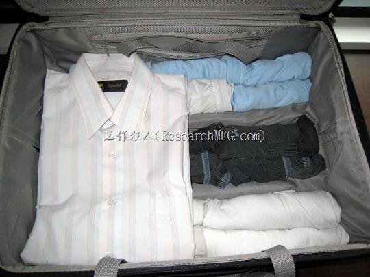 衣服折好放上後應該剛好佔掉20英吋行李箱的一半空間而已。