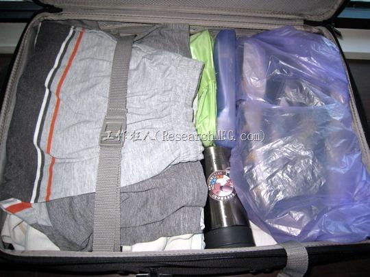 行李箱內的空隙應該要盡量利用,可以把一些小物品塞在空隙當中。