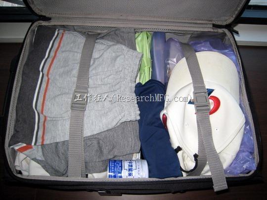 行李箱的空隙也可以用內衣褲類的小件衣服塞滿,以避免行李箱內部外品晃動,也可以充分利用空間。