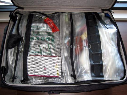 行李箱的最上面可以鋪上一層防水袋(這袋子是我),把一些容易潮濕的物品放在裡面,也可以防止行李箱內的物品四散。