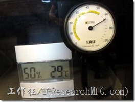 收藏家電子防潮箱V-02。防潮箱剛插電開始運轉15分鐘濕度反而往上昇,這是正常的狀況。