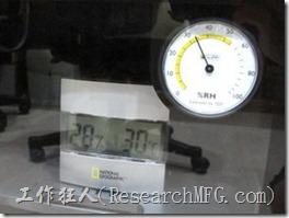 收藏家電子防潮箱V-02。防潮箱插電後運轉8個小時後濕度降到30%RH以下,哇!有點過頭了,趕緊來把濕度設定調回M模式。