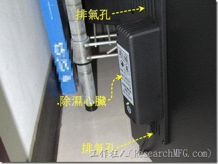 電子防潮箱的除濕心臟前後(也就是內、外)都有個排氣活門,不可有物品阻擋,否則排氣將會受影響,進而影響到濕氣排出的能力。
