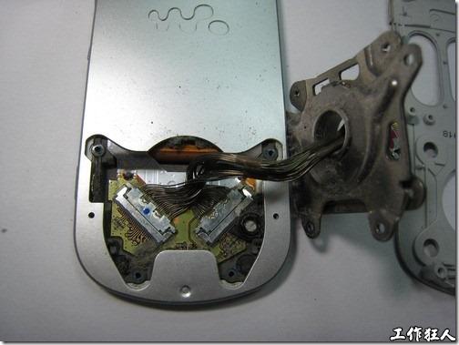 Sony Ericsson W550i。解開旋轉機構。