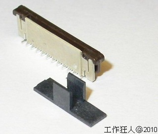 最後變更回塑膠蓋子 (cap),但改為夾外側,避免直接接觸金屬彈片。