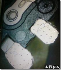 在零件掉落處的焊墊呈現出黑墊的顏色,而且大部份的焊墊也都隨著零件整個掉落而連接在零件腳上,推想可能掉落處在化鎳(Electroless Nickel)層或富磷(P-rich)層。