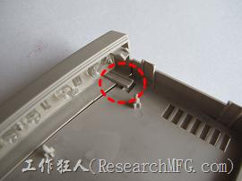 連前飾板也是使用卡扣與左右機殼組立。
