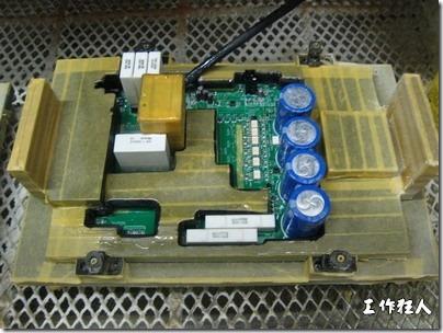 Conformal coating噴塗作業時可以使用治具把一些不可以噴塗到的地方及零件覆蓋起來,以免絕緣物質噴塗到一些需要作導電接觸的地方。