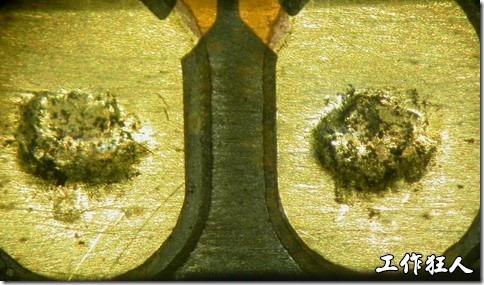 圖片僅是示意並非不良產品,產品的充電接觸墊使用一段時間後,會有凹陷及黑色的氧化物出現。