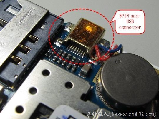 拆開機殼後發現這8PIN的mini-USB連接器的焊腳似乎有空焊的現象,想說把它焊回去應該就可以把問題解決了