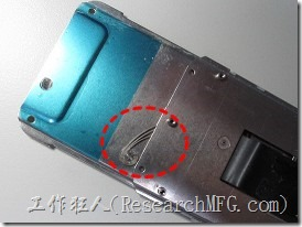 這支HG706手機屬於滑蓋式手機,, 之前一直很好奇滑蓋手機的結構,原來裡頭用了幾條扭轉壓縮彈簧,而且使用軟排線連接滑蓋的上、下兩部分機殼。