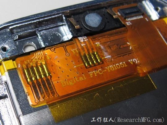 這款HG706手機也採用了軟板對軟板的直接焊接技術來節省連接器的費用而且縮小空間,還不只一個地方,不過這樣的技術對維修以及品直管控也相當的麻煩,我相信這款手機在製造工廠的良率應該不高吧。