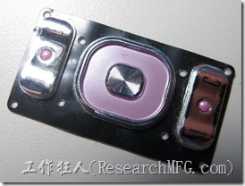 這是手機的功能按鍵,拆開後如果稍微用力,可以把塑膠及底下的橡膠分開,設計的時候塑膠按鍵的四周要有帽緣(lip),這樣才能避免按鍵脫落的問題,因為塑膠按鍵通常採用膠水黏在橡膠上,有些黏得不好,很容易脫落。