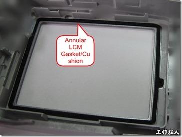 使用雙面背膠將緩衝橡膠墊片黏貼於螢幕或機殼