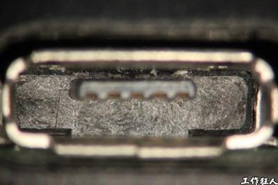 Micro USB connector solder crack. Micro USB connector 舌片塑膠底部的撞擊痕跡,僅經過產線的正常插拔測試。