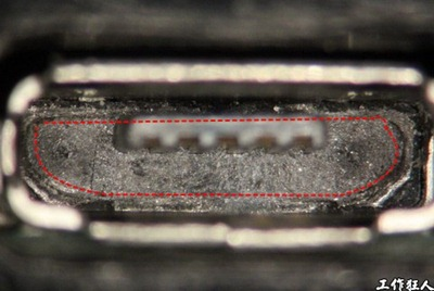 Micro USB connector solder crack. Micro USB connector 舌片塑膠底部的撞擊痕跡,經過1,000次手動插拔測試。