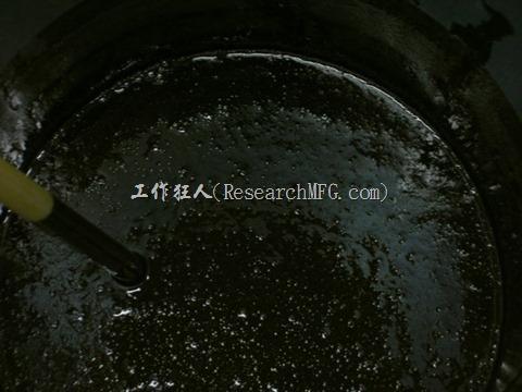下圖為桶裝的Epoxy本液,預攪拌後就可以看到許多氣泡產生。大部分的Epoxy本液都是黑色的。