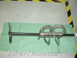 下圖為齒輪馬達灌膠機裝硬化劑的桶子與奇內部運作的螺旋葉片攪拌器(agitator)。