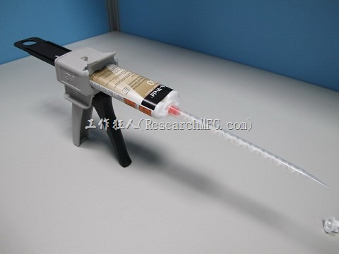 下圖為3M的手動膠槍,其實機構與我們一般家庭裝潢用的矽膠槍類似,已經裝上了Epoxy管筒狀包裝以及「混合攪拌管(mixing nozzle)」