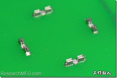 屏蔽夾(SMT shielding clip)焊接於電路板上的樣子。