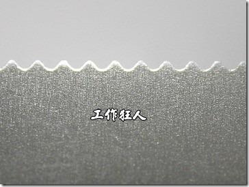 這是一般用來撕紙的鋸齒設計,鋸齒的前緣還故意稍微成圓弧狀,以防止割傷使用者的手指頭。