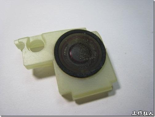 Sony Ericsson W550i。這組主喇叭設計成一塊配合W550i機殼的形狀,組裝的時候只要把整個喇叭模組嵌到手機的機殼上就可以定位了。