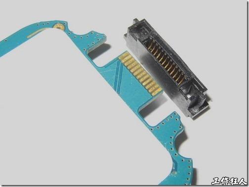 Sony Ericsson W550i。一般我們看到這種手機對外的連接器都是焊接在電路板上面的,但W550i卻是設計成插槽的方式,完全不需要動用到焊錫耶!我還是第一次看到像這樣的設計。